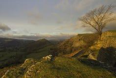 Le château de corneille pendant le lever de soleil en tant que première lumière frappe les côtés de colline Images libres de droits
