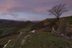Le château de corneille pendant le lever de soleil en tant que première lumière frappe les côtés de colline Photos stock
