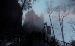 Le château de Dracula de Transilvania a couvert en brouillard photo stock