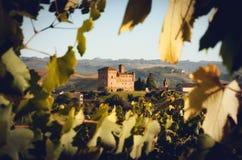 Le château de Grinzane Cavour, entouré par les vignobles de Langhe, le secteur de vin importan de l'Italie photo stock