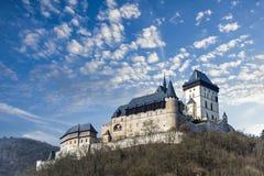 Le château de Karlstejn en bel hiver a coloré le paysage avec les nuages images stock