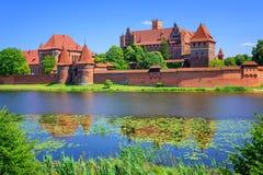 Le château de l'ordre Teutonic prussien de chevaliers dans Malbork, PO images stock