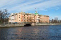 Le château de Mikhailovsky sur la rivière de Fontanka pendant l'après-midi ensoleillé de mai St Petersburg Russie Image stock