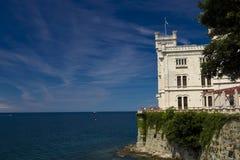 Le château de Miramare et la mer Photos stock