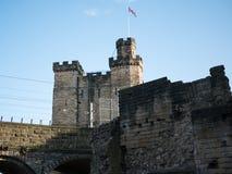 Le château de Newcastle gardent, regardent de la porte noire image stock