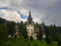 Le château de Peles était la résidence roumaine d'été de rois en montagnes carpathiennes image stock