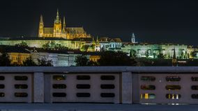 Le château de Prague illuminé la nuit au-dessus de la rivière Vltava Moldau avec le trafic traîne le timelapse banque de vidéos