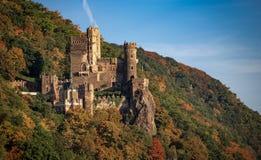 Le château de Rheinstein en Allemagne était perché sur une colline avec le ciel bleu image stock