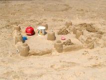 Le château de sable fait par des enfants sur la plage sablonneuse photos stock
