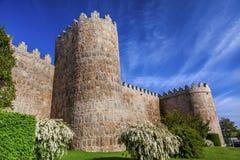 Le château de tourelles d'Avila mure la Castille Espagne de paysage urbain Photographie stock libre de droits