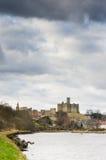 Le château de Warkworth au-dessus du fleuve Coquet Image stock