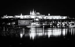 Le château et le Charles de Prague jettent un pont sur refléter en rivière de Vltava photos stock