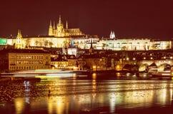 Le château et le Charles de Prague jettent un pont sur refléter en rivière de Vltava photos libres de droits