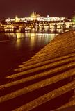 Le château et le Charles de Prague jettent un pont sur refléter en rivière de Vltava image stock