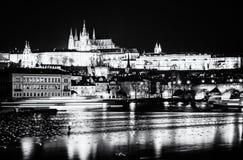 Le château et le Charles de Prague jettent un pont sur refléter en rivière de Vltava, colo image libre de droits