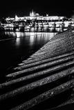 Le château et le Charles de Prague jettent un pont sur refléter en rivière de Vltava, colo photographie stock libre de droits