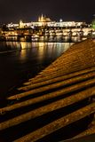 Le château et le Charles de Prague jettent un pont sur refléter en rivière de Vltava, proche image stock