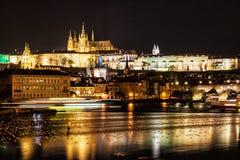 Le château et le Charles de Prague jettent un pont sur refléter en rivière de Vltava, proche photo libre de droits