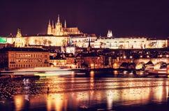 Le château et le Charles de Prague jettent un pont sur refléter en rivière de Vltava, proche photographie stock libre de droits