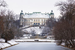 Le château et le parc d'Ujazdowski en hiver image libre de droits