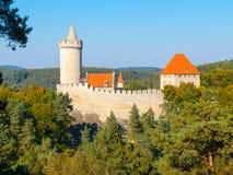 Le château gothique médiéval Kokorin, Kokorinsko a protégé la zone de paysage, République Tchèque Photos stock