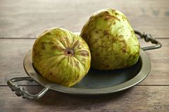 Le chérimolier frais porte des fruits annona cherimola sur un vieux plateau photographie stock