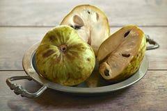 Le chérimolier frais porte des fruits annona cherimola sur un vieux plateau photo libre de droits