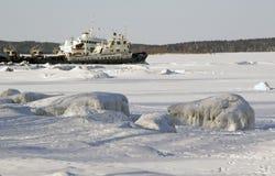 Barge amarré sur la baie en hiver Images stock