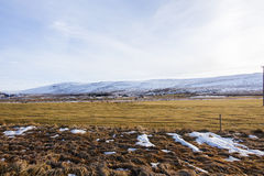 Le champ et la montagne est couvert par la neige Images libres de droits