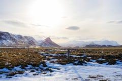 Le champ et la montagne est couvert par la neige Photos stock