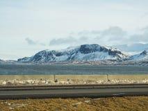 Le champ et la montagne est couvert par la neige Photographie stock