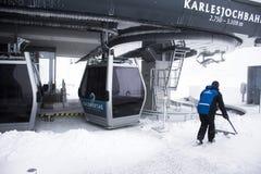 Le champ travaillant de personnes neigent à la Station de transport de funiculaire de Karlesjochbahn Image stock