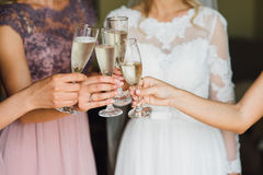 Le champagne de boissons de jeune mariée et d'amie Fin-upn Images libres de droits