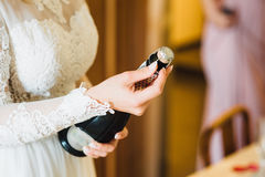 Le champagne de boissons de jeune mariée et d'amie Plan rapproché Images stock