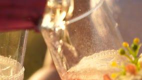 le champagne miroite et ?cume au soleil Travail d'?quipe d'un couple affectueux c?l?bration du succ?s et de la victoire Scintille banque de vidéos