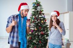 Le champagne potable heureux d'ami et d'amie sur Noël Image libre de droits