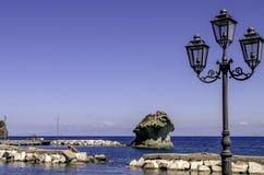 Le champignon a formé la roche de Lacco Ameno, ischions île, Italie Photographie stock