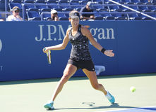 Le champion Ana Ivanovich de Grand Chelem pratique pour l'US Open 2014 chez Billie Jean King National Tennis Center Photos libres de droits
