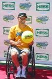 Le champion 2012 de quadruple de fauteuil roulant de Londres Paralympics David Wagner des Etats-Unis s'occupe d'Arthur Ashe Kids D Image libre de droits