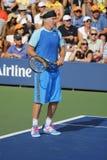 Le champion John McEnroe de Grand Chelem de sept fois pendant l'US Open 2014 soutient le match d'exposition Images libres de droits