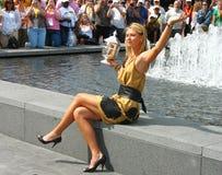 Le champion Maria Sharapova de l'US Open 2006 tient le trophée d'US Open dans l'avant de la foule Image libre de droits