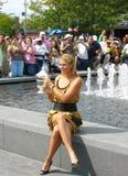 Le champion Maria Sharapova de l'US Open 2006 tient le trophée d'US Open dans l'avant de la foule après que sa victoire les dames  Photographie stock