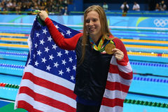 Le champion olympique Lilly King des Etats-Unis célèbre la victoire après la finale de brasse du ` s 100m de femmes de Rio 2016 J Photo libre de droits