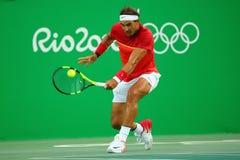 Le champion olympique Rafael Nadal de l'Espagne dans l'action pendant les hommes choisit le quart de finale de Rio 2016 Jeux Olym Image stock