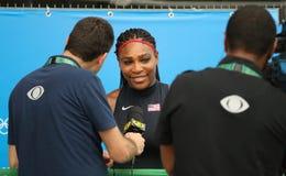 Le champion olympique Serena Williams des Etats-Unis pendant l'entrevue de TV après choisit le premier match de rond du jeu olymp Photographie stock
