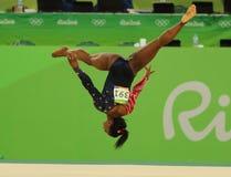 Le champion olympique Simone Biles des Etats-Unis concurrence sur l'exercice de plancher pendant la qualification totale de la gy Photos stock