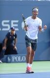 Le champion Rafael Nadal de Grand Chelem de douze fois célèbre la victoire après que troisièmement le rond choisisse le match à l' images libres de droits