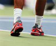 Le champion Rafael Nadal de Grand Chelem de douze fois porte les chaussures faites sur commande de tennis de Nike pendant la prati Photo libre de droits