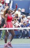 Le champion Serena Williams de Grand Chelem célèbre la victoire après le quatrième match de rond à l'US Open 2013 Photographie stock