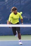Le champion Serena Williams de Grand Chelem de dix-sept fois pratique pour l'US Open 2014 chez Billie Jean King National Tennis C Photo stock